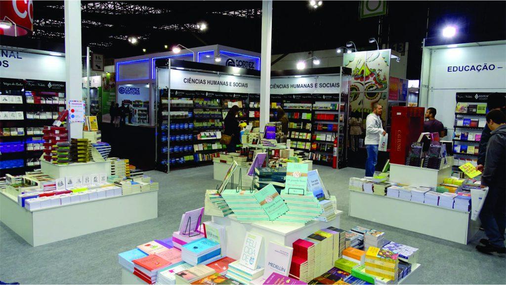 Foto de pilhas de livros publicados pela Editora Vozes