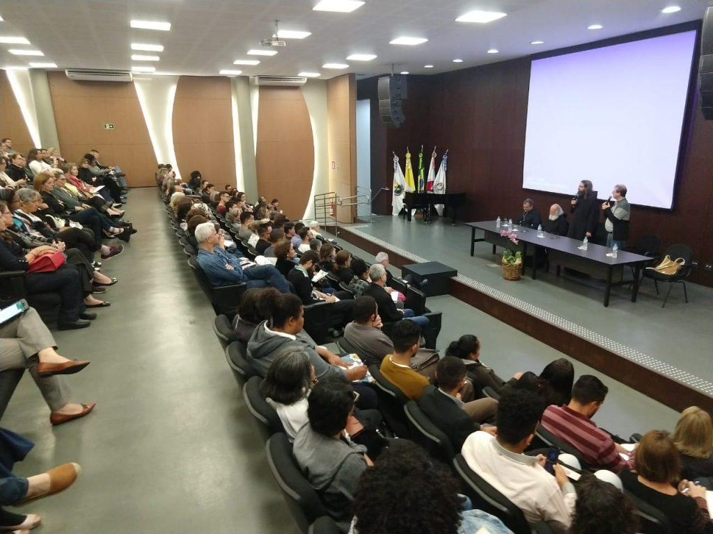 Imagem do encontro com o público geral em Belo Horizonte, realizado na PUC Minas