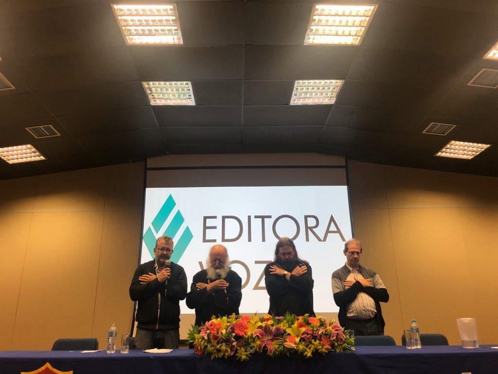 Na imagem estão: Markus Hediger, tradutor, Anselm Grün, Zacharias Heyes e Frei Volney Berkenbrock, tradutor e membro da diretoria da Editora Vozes, em oração após a palestra em Niterói