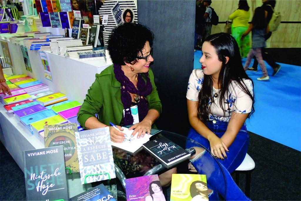 Viviane Mosé participa de sessão de autógrafos na Bienal do Rio